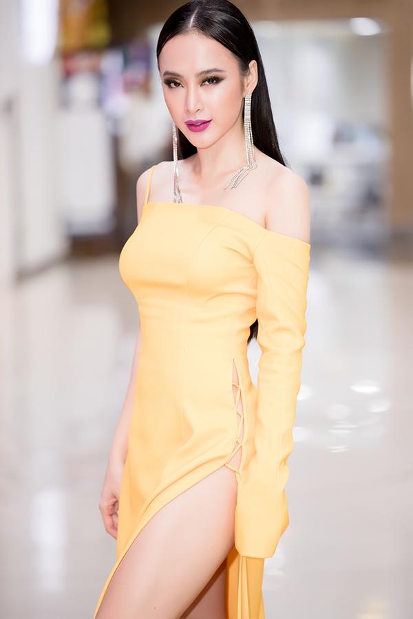 Để giúp mình trở nên nóng bỏng hơn khi tham gia buổi họp mặt đoàn phim và giao lưu cùng khán giả, nữ diễn viên đã chọn váy xẻ quá hông để sử dụng.