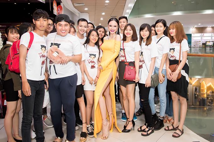 Angela Phương Trinh chụp ảnh cùng khán giả hâm mộ - những người đã luôn theo dõi và ủng hộ vai diễn Hạ Quyên trong phim Glee phiên bản Việt trong suốt thời gian vừa qua.