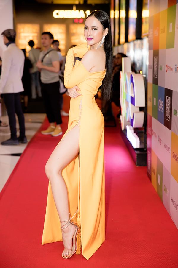 Hoa tai tua rua, giày cao gót ánh vàng gold được stylist Hoàng Ku chọn lựa để hoàn thiện set đồ và khiến tổng thể hoàn hảo hơn.