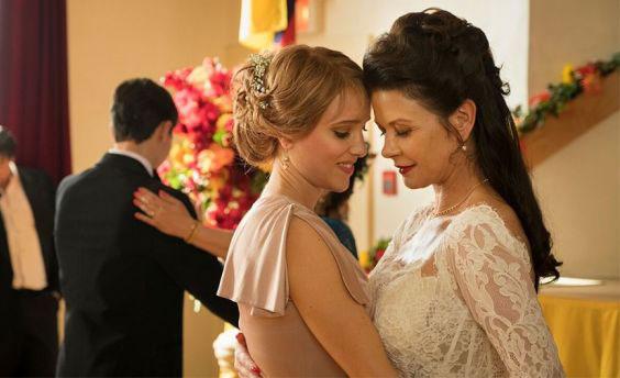 Catherine Zeta-Jones và Jenny Pellicer trong phim Cocaine Godmother.