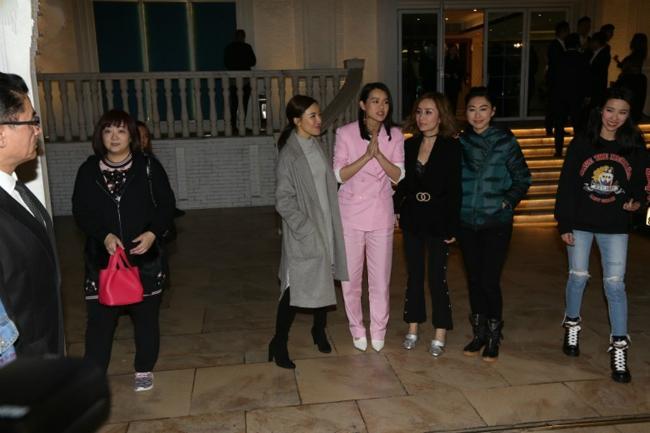 Gần nửa đêm, tiệc tàn, Hạnh Nhi ra tận cửa tiễn khách. Hội chị em bạn dì của Hạnh Nhi đều có mặt đầy đủ.
