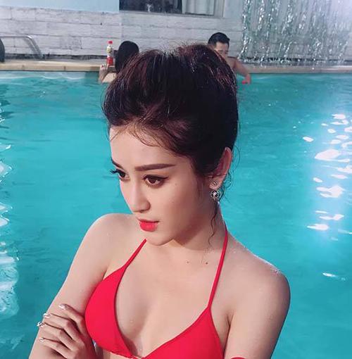Huyền My vẫn đẹp hút hồn khi bị người hâm mộ chụp lén ở bể bơi.
