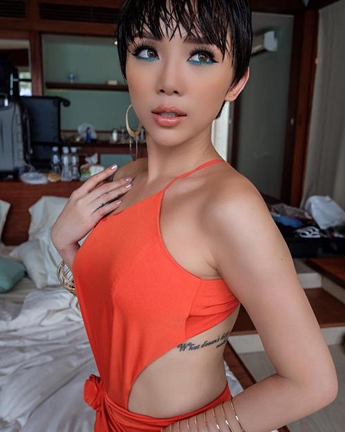 Tóc Tiên diện áo yếm, khoe khéo hình xăm ở mạn sườn. Cô vừa cùng ekip thực hiện bộ ảnh khá vất vả ở Nha Trang.