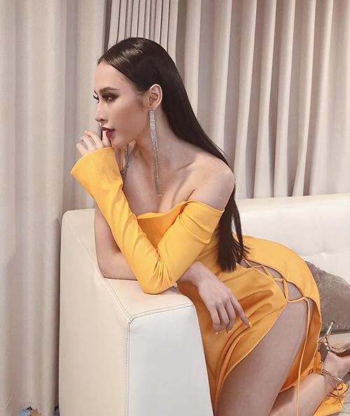 Angela Phương Trinh diện váy xẻ cao táo bạo khi đi họp fan.