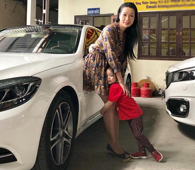 Diễn viên Kim Chi hạnh phúc vì con gái bám mẹ không rời.