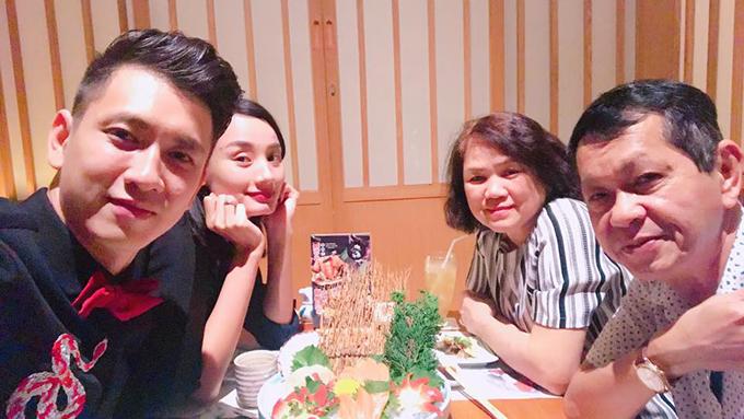 Lê Thuý và ông xã đưa ba mẹ đi ăn tối ngày cuối tuần.