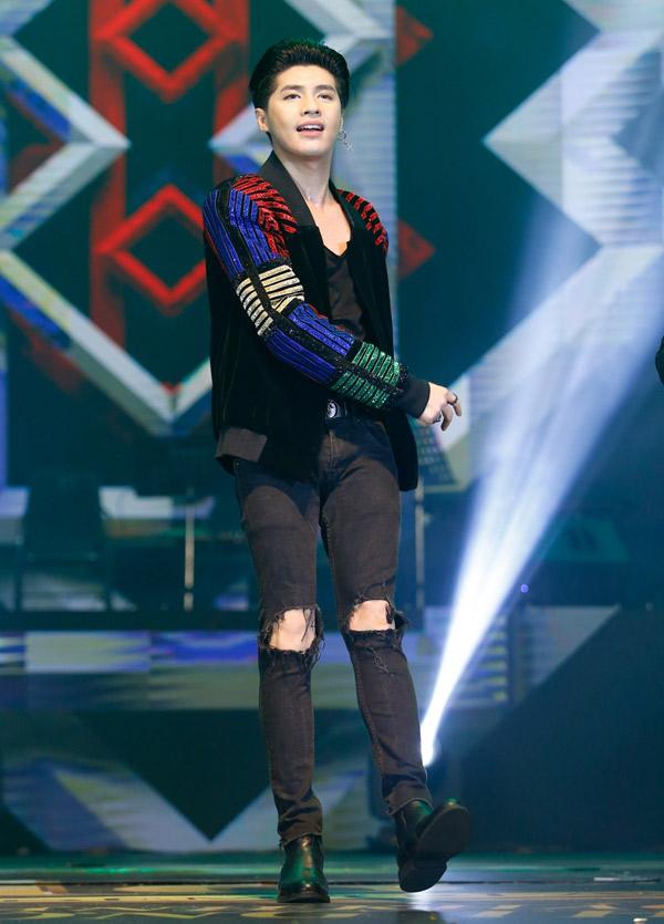Noo Phước Thịnh đầy năng lượng khi biểu diễn ca khúc Những mùa xuân rực rỡ và Hold me tonight.