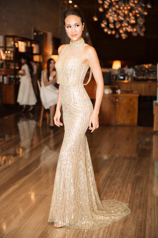 Tại event của một tập đoàn bất động sản, siêu mẫu Việt Nam 2012 khoe body thon thả với bộ cánh của NTK Chung Thanh Phong.