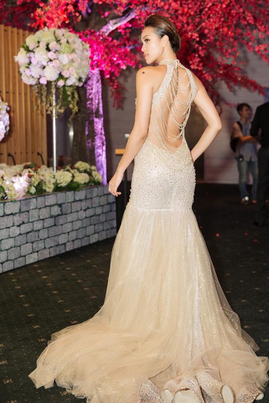 Ngay sau đó, cô thay váy dạ hội hở lưng táo bạo để xuất hiện trong chương trình của giới doanh nhân trong và ngoài nước.