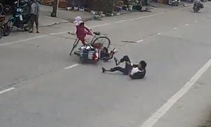 Quái xế lăn 3 vòng sau khi 'đốn ngã' người phụ nữ sang đường