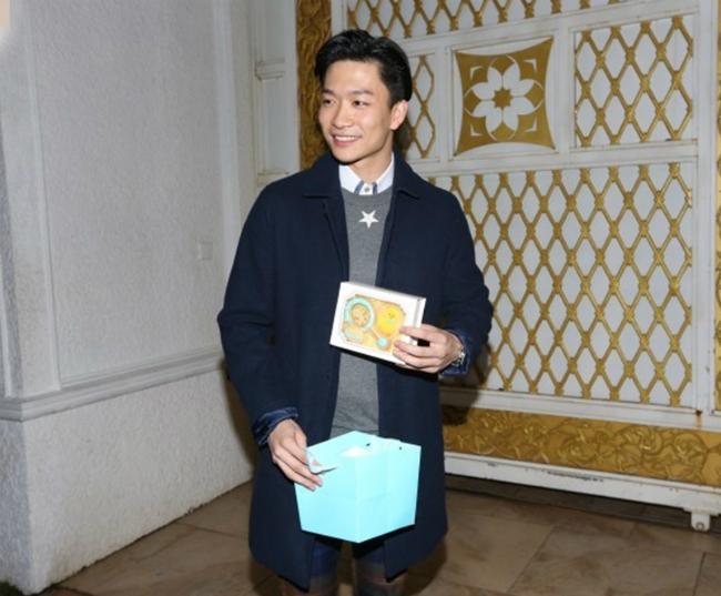 Chu Chí Văn khoe món quà anh được tặng sau khi đi tiệc.