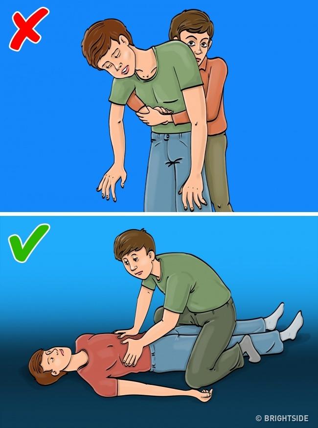 Khi bị tắc đường thở. Lỗi thường gặp: cố dùng phương pháp sơ cứu hóc dị vật Heimlich (tạo một lực tác động mạnh, đột ngột vào hai buồng phổi bằng cách vỗ từ lưng hoặc ép vào cơ hoành) để cứu một người đang bất tỉnh. Nếu ai đó bị ngất hoặc nghẹt thở, hãy đặt nạn nhân nằm xuống, sau đó bạn ngồi lên đùi họ. Để hai tay lên sườn họ rồi ấn xuống. Nghiêng nạn nhân về một bên và lấy dị vật ra khỏi mồm. Lưu ý: Nếu áp dụng phương pháp Heimlich cho nạn nhân là bà bầu, bạn phải ấn ở trên lồng ngực.