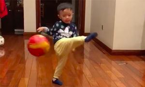 Văn Quyết huấn luyện con trai hai tuổi sút bóng