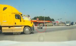 Tài xế container bẻ lái kịp thời tránh tai nạn chết chóc