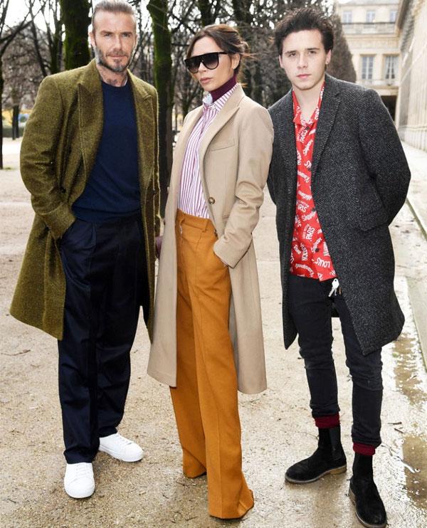 Chỉ vài giờ trước khi bay sang Madrid, Vic cùng chồng và con trai cả Brooklyn tham dự một buổi trình diễn thời trang