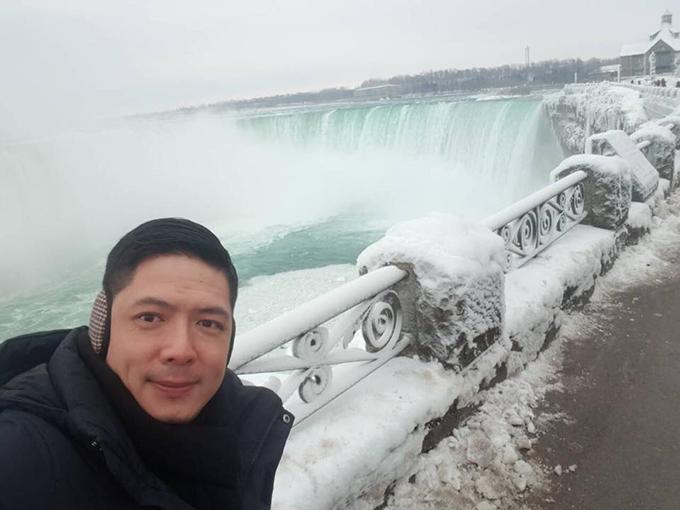 Bình Minh bất chấp giá lạnh kỷ lục ở Canada đến tham quan thác Niagara bị đóng băng.