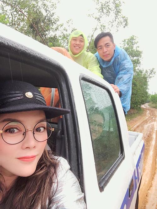 Lý Nhã Kỳ không ngại trời mưa, đường sá xa xôi đến Đăk Lăk giúp đỡ người dân vùng khó khăn. Cô viết: Trời bão nhưng mọi người đều hạnh phúc khi được chia sẻ.