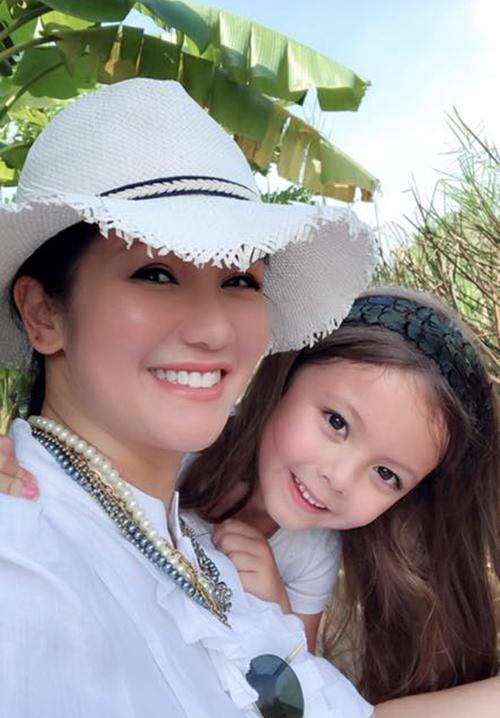 Hồng Nhung đưa hai con đi làm vườn. Cả hai bé nhà nữ ca sĩ đều rất thích công việc nhà nông.