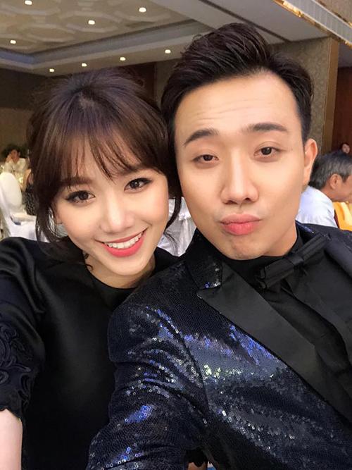Vợ chồng Hari - Trấn Thành cùng diện đồ đen khi đi dự sự kiện.