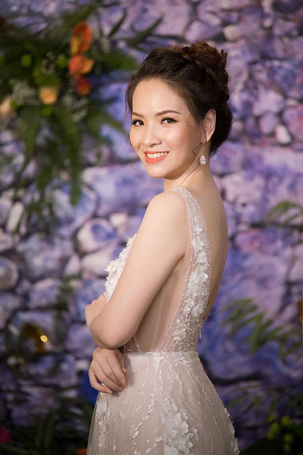 Đan Lê quyến rũ với chiếc váy ren không tay, màu trắng gợi cảm, khoe lưng trần thon nuột cùng làn da trắng mịn màng.