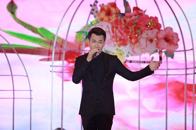 Nam ca sĩ Hồ Trung Dũng thể hiện ba ca khúc Mùa xuân đầu tiên, Yêu nhau bốn mùa và Save the last dace for me.