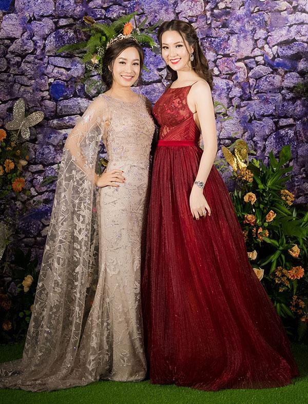 Ngoài Hoa hậu Jennifer Phạm, MC Đan Lê, Nguyễn Cao Kỳ Duyên, chương trình còn có sự góp mặt của nhiều người đẹp nổi tiếng khác. Diễn viên Minh Hương và Á hậu Thụy Vân chụp ảnh khi hội ngộ.
