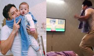 Ông bố ngậm chặt khăn cổ vũ U23 Việt Nam vì sợ con thức giấc