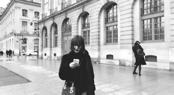 Song Hye Kyo chia sẻ trên trang cá nhân bức hình cô đi dạo ở Paris.