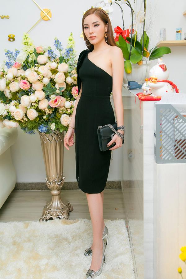 Cuối tuần qua, Kỳ Duyên đến dự sự kiện do Diệp Bảo Ngọc tổ chức. Hoa hậu Việt Nam 2014 diện váy lệch vai khoe vai trần gợi cảm.