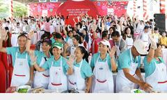 Hàng trăm gia đình đến siêu thị Co.opmart tham gia nấu ăn