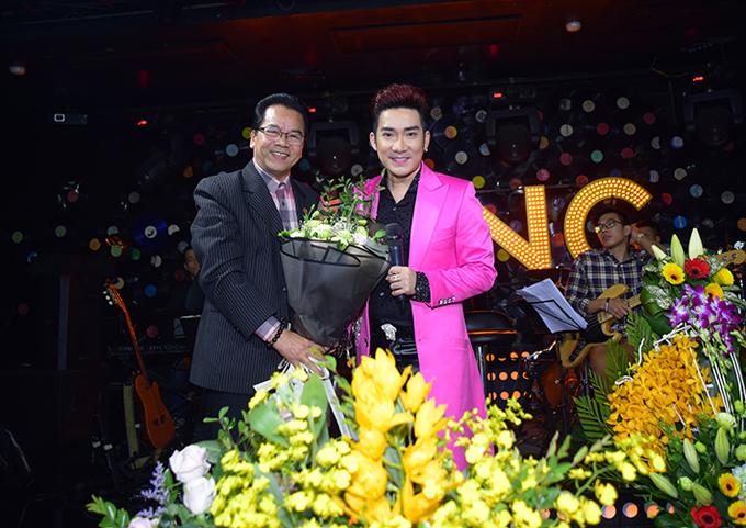 Nghệ sĩ Trần Nhượng mang hoa tới chúc mừng sinh nhật Quang Hà. Anh rất thích giọng hát đầy nội lực của chàng ca sĩ.