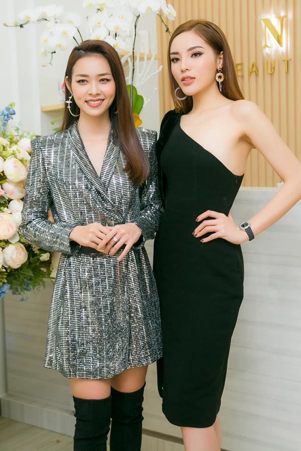 Hoa hậu Kỳ Duyên đọ dáng cùng Hoa khôi Phụ nữ Thời đại 2011 Diệp Bảo Ngọc.