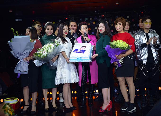 Các fan mang bánh kem lên sân khấu tặng Quang Hà và chụp ảnh cùng anh.
