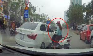 Cô gái dùng xe máy đâm ôtô 3 lần để 'trả thù' sau va chạm