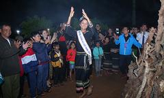 H'Hen Niê mang dép lê múa hát bên lửa trại cùng bà con