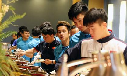 Cầu thủ U23 Việt Nam đi xông hơi, massage khi tới điểm đóng quân mới