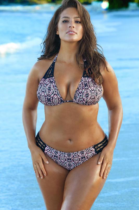 1. Số đo ngoại cỡ: Ashley Graham sở hữu chiều cao 1,75 cm với số đo 3 vòng 116-98-123,5 cm. Dù tất cả các vòng đều nảy nở, Ashley trông vẫn rất cân đối và gợi cảm nhờ thân hình đồng hồ cát.