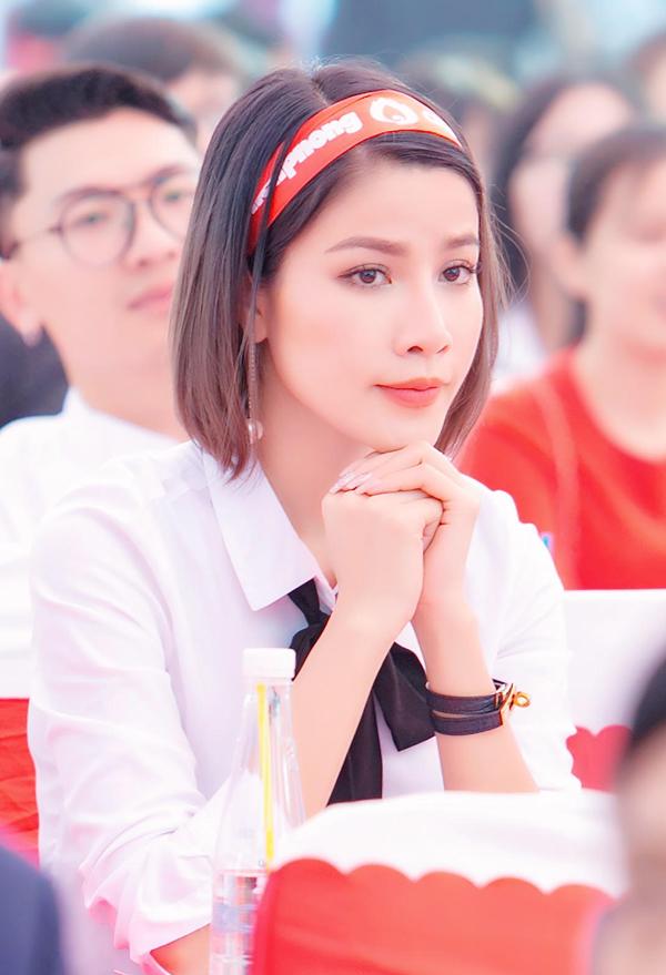Người đẹp ăn mặc giản dị, trông trẻ trung, năng động như sinh viên.