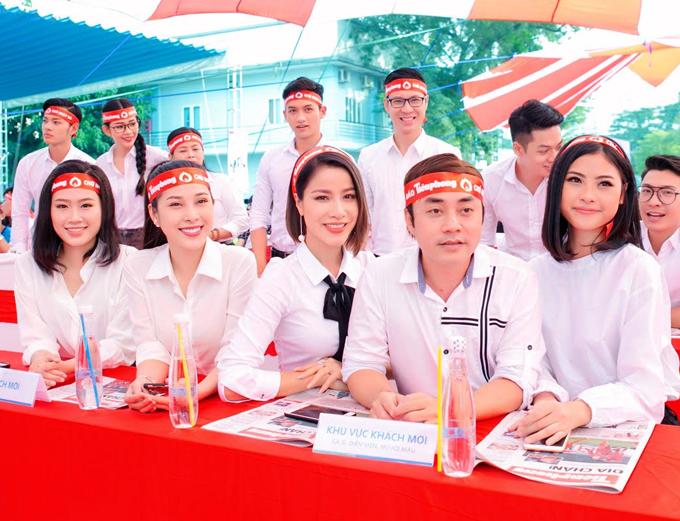 Chân dài Đào Hà (ngoài cùng bên phải), đạo diễn Đỗ Kim Khánh (thứ hai từ phải qua) và một số người đẹp, nghệ sĩ khác cũng dự sự kiện ý nghĩa này.