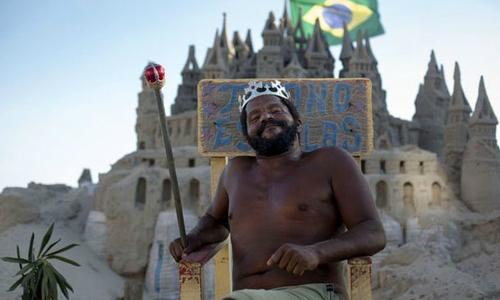 Người đàn ông Brazil 22 năm sống trong lâu đài cát trên bãi biển