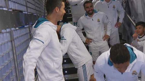 C. Ronaldo đùa với cậu bé mascot trong đường hầm