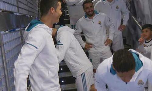 C. Ronaldo chê Messi dở khi đùa với cậu bé mascot