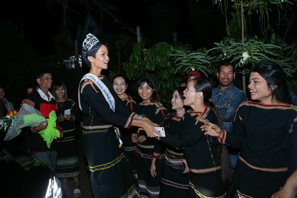 HHen Niê mang dép lê múa hát bên lửa trại cùng bà con