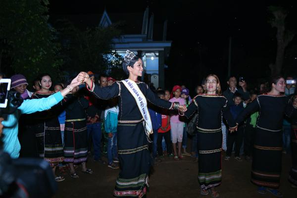 HHen Niê mang dép lê múa hát bên lửa trại cùng bà con - 9