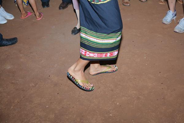 HHen Niê mang dép lê múa hát bên lửa trại cùng bà con - 4
