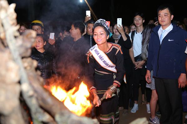 HHen Niê mang dép lê múa hát bên lửa trại cùng bà con - 6