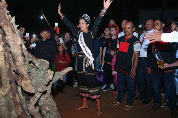 HHen Niê mang dép lê múa hát bên lửa trại cùng bà con - 7