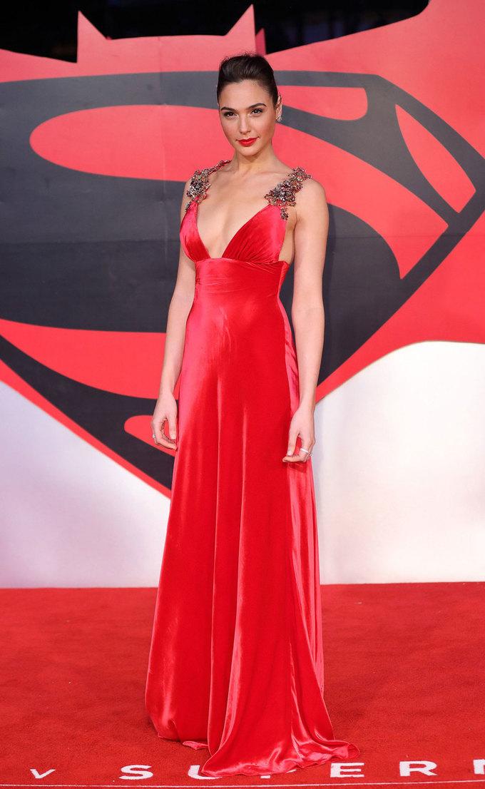 Gal Gadot chuộng váy xẻ ngực trên thảm đỏ