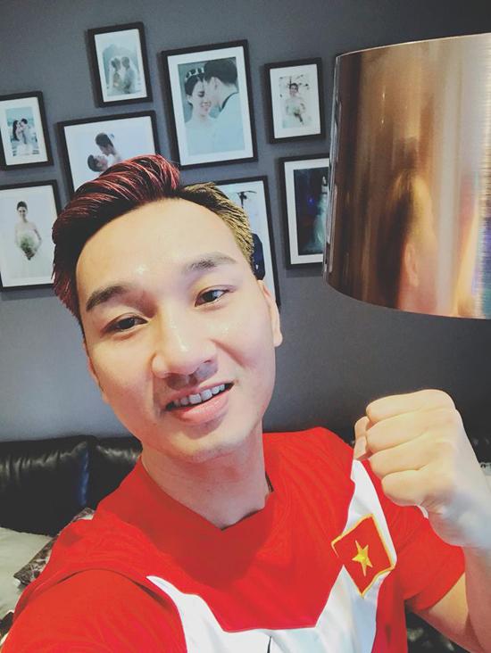 MC Thành Trung theo dõi trận bán kết tại nhà