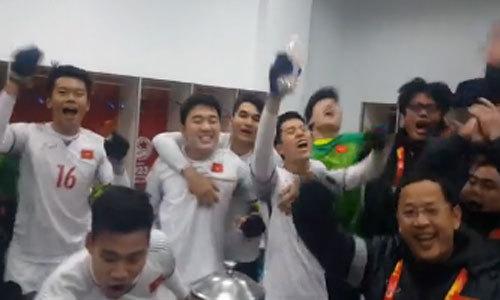 Cầu thủ Việt Nam reo hò trong phòng thay đồ